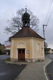 Kaplička sv. Maří Magdalény a socha sv. Jana Nepomuckého v Puclicích