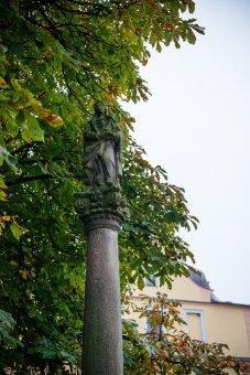 Kaplička, sloup se sochou Panny Marie a hraniční kříž v Chodové Plané