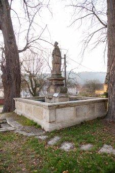 Kašna se sochou sv. Jana Nepomuckého ve Svojšíně